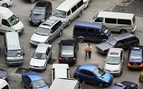 This is a normal thing where it's every man for himself.  Picture from: http://pinoytransplant.com/2013/01/02/driving-rules-for-metro-manila-a-primer-for-the-uninitiated/
